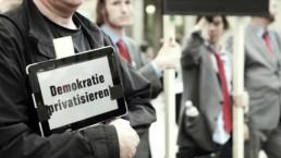 Auf Tablets und riesigen Bildschirmen wurden die Forderungen gezeigt und von Mitgliedern von der Partei DIE PARTEI lautstark kommuniziert.