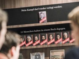 Die Bücher wurden in den Buchhandlungen aufmerksamkeitsstark platziert – direkt dem Original Mein Kampf gegenüber gestellt.