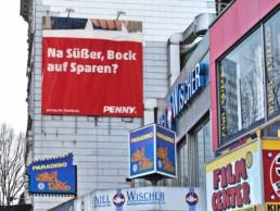 Direkt provokant auf der Reeperbahn spricht das Plakat alle an, die auf der Suche für viel Freude für wenig Geld sind.