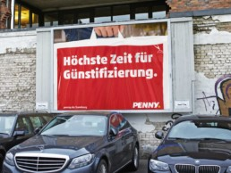 Das Werbe-Outdoor-Motiv verspricht das Gegenteil von Gentrifizierung. Zumindest bei Penny.